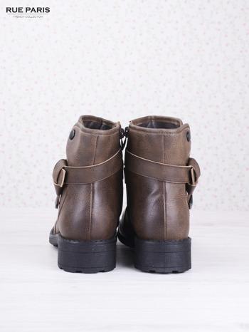 Khaki skórzane botki eco leather na klocku z marszczoną cholewką i zapinanym paskiem                                  zdj.                                  4