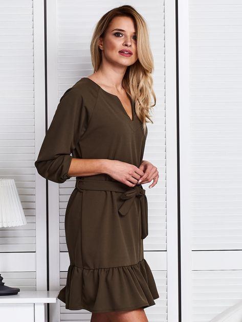 Khaki sukienka z falbaną i wiązaniem                              zdj.                              3