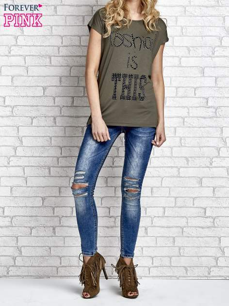Khaki t-shirt z napisem FASHION IS THIS z dżetami                                  zdj.                                  7
