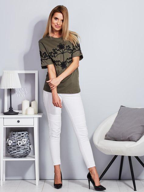 Khaki t-shirt z wypukłym haftowanym wzorem                              zdj.                              4