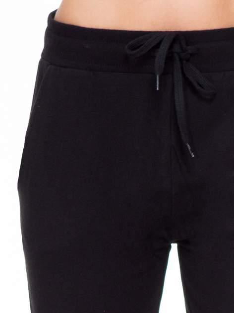 Klasyczne czarne spodnie dresowe wiązane w pasie                                  zdj.                                  5