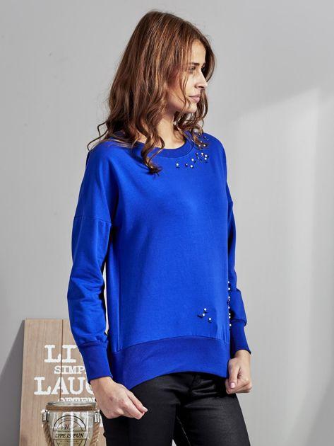 Kobaltowa bluza z rozcięciami i perełkami                              zdj.                              3