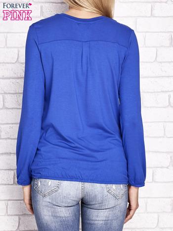 Kobaltowa bluzka ze ściągaczem na dole                              zdj.                              4
