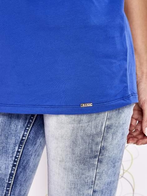 Kobaltowa tunika z nadrukiem liter i kokardką                                  zdj.                                  6