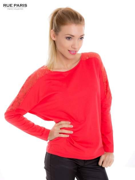 Koralowa bluzka z koronkową aplikacją na ramionach i plecach                                  zdj.                                  2