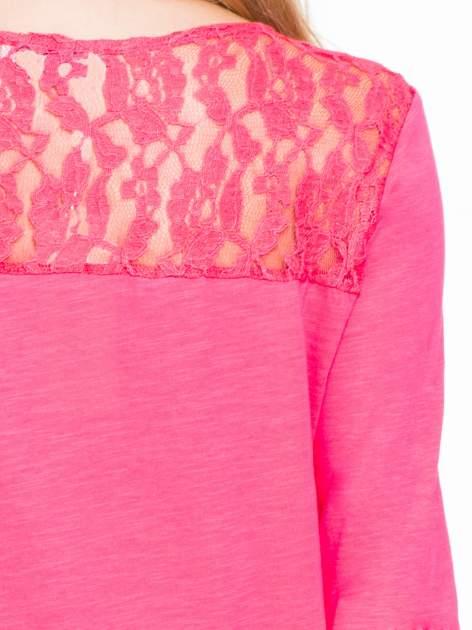 Koralowa bluzka z koronkowym karczkiem                                  zdj.                                  6