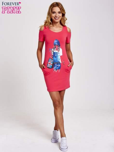 Koralowa sukienka dresowa cut out shoulder z nadrukiem dziewczyny                                  zdj.                                  2