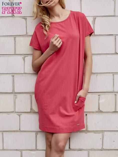 Koralowa sukienka dresowa z kieszeniami po bokach                                  zdj.                                  1