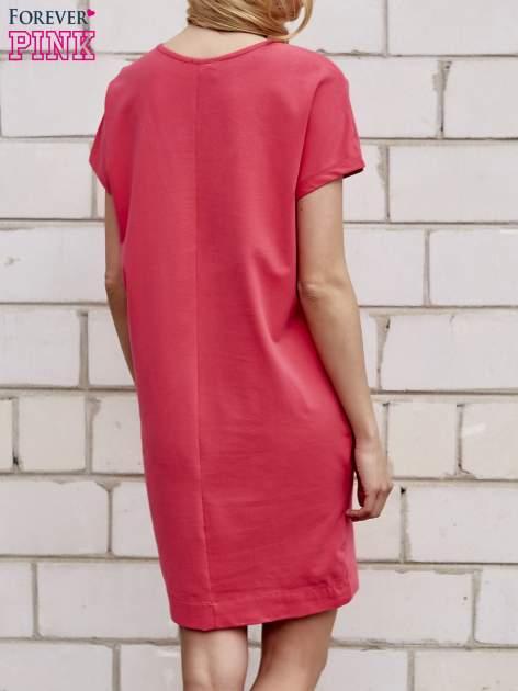 Koralowa sukienka dresowa z kieszeniami po bokach                                  zdj.                                  4