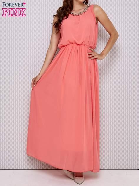 Koralowa sukienka maxi z łańcuchem przy dekolcie
