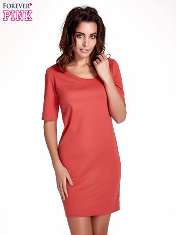 Koralowa sukienka z asymetrycznym dekoltem                                   zdj.                                  1
