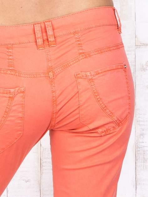 Koralowe materiałowe spodnie regular na guziki                                  zdj.                                  5