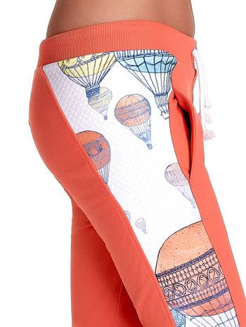 Koralowe spodnie dresowe z lampasem w balony                                  zdj.                                  6