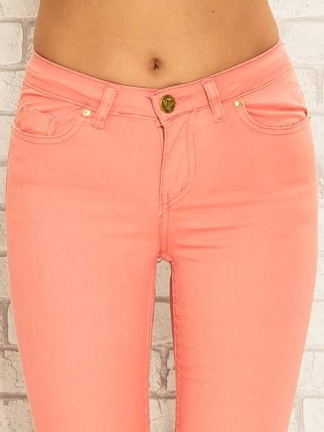 Koralowe spodnie rurki skinny z kieszeniami                                  zdj.                                  5