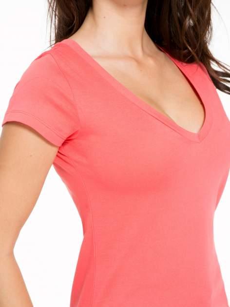 Koralowy gładki t-shirt z dekoltem w serek                                  zdj.                                  6