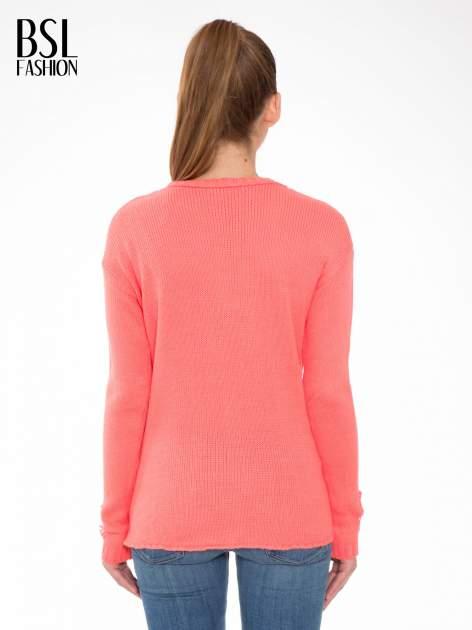 Koralowy sweter z jelonkiem i efektem destroyed                                  zdj.                                  4