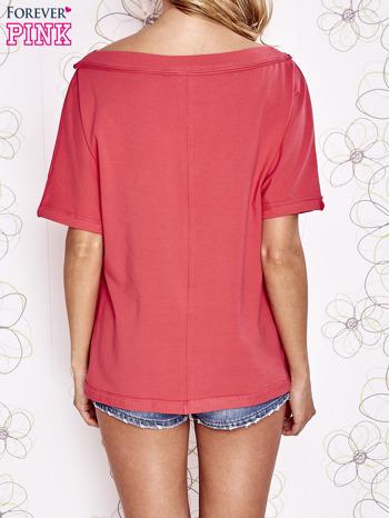 Koralowy t-shirt z dekoltem w łódkę                                  zdj.                                  4