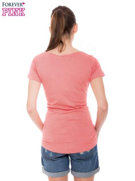 Koralowy t-shirt z koronkową wstawką na ramionach                                  zdj.                                  3
