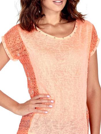 Koralowy t-shirt z koronkowym tyłem i dżetami                                  zdj.                                  5