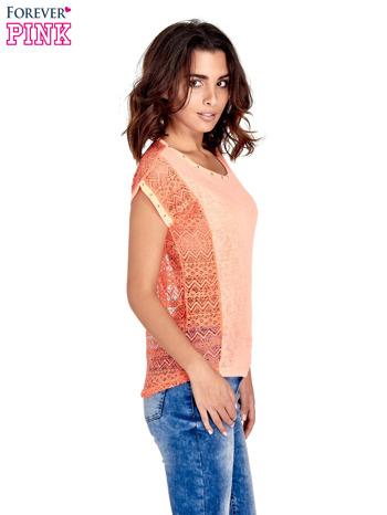Koralowy t-shirt z koronkowym tyłem i dżetami                                  zdj.                                  3