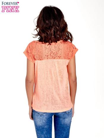 Koralowy t-shirt z koronkowymi rękawami i gwiazdkami                                  zdj.                                  4