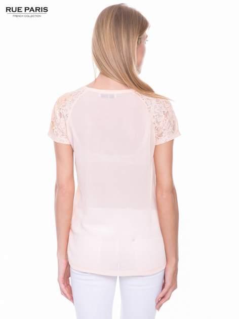 Koralowy t-shirt z koronkowymi rękawami i szyfonowym tyłem                                  zdj.                                  3