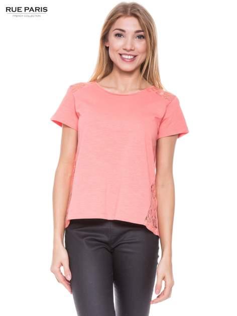 Koralowy t-shirt z koronkowymi wstawkami