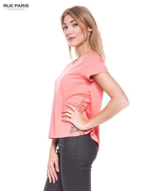 Koralowy t-shirt z koronkowymi wstawkami                                  zdj.                                  2