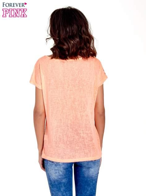 Koralowy t-shirt z kryształkami na rękawach                                  zdj.                                  4