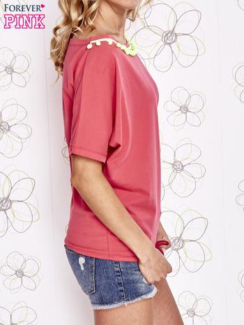 Koralowy t-shirt z limonkowymi pomponikami przy dekolcie                                  zdj.                                  3