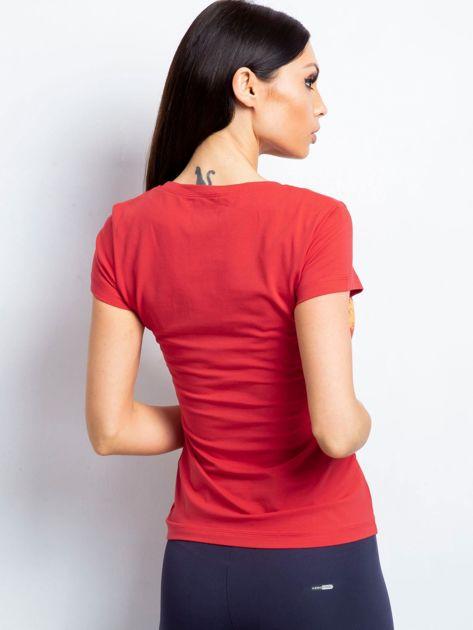 Koralowy t-shirt z nadrukiem kolorowych rombów                               zdj.                              2