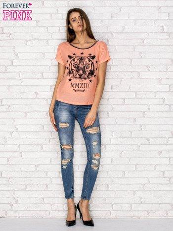 Koralowy t-shirt z nadrukiem tygrysa i zipem z tyłu                                  zdj.                                  4
