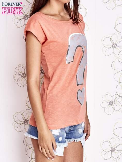 Koralowy t-shirt z nadrukiem znaku zapytania                                  zdj.                                  3