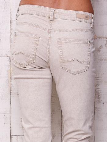Kremowe proste spodnie ze srebrnymi napami                                  zdj.                                  4