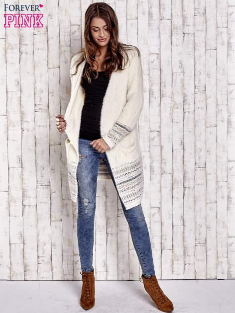 Kremowy długi włochaty sweter z kolorową nitką                                  zdj.                                  2