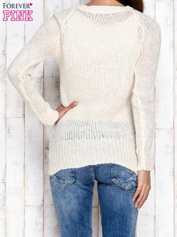 Kremowy dzianinowy sweter o szerokim splocie                                  zdj.                                  4