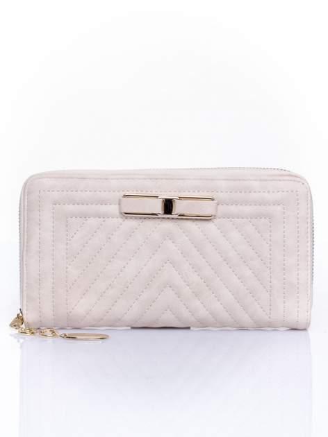 Kremowy pikowany portfel z ozdobną klamerką