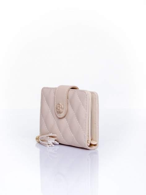 Kremowy pikowany portfel z ozdobnym zapięciem                                  zdj.                                  3