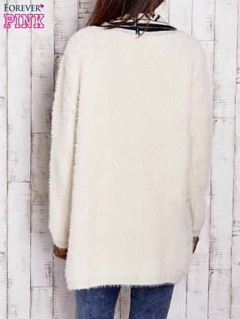 Kremowy puszysty sweter z geometrycznym wykończeniem                                  zdj.                                  4