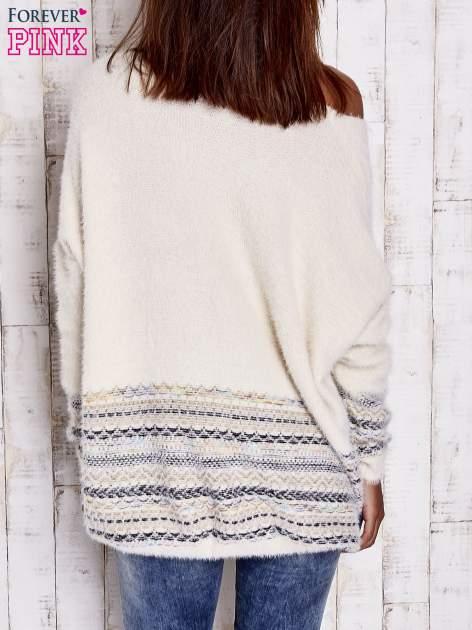 Kremowy włochaty sweter oversize z kolorową nitką                                   zdj.                                  5