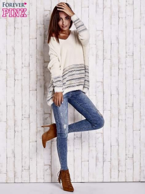 Kremowy włochaty sweter oversize z kolorową nitką                                   zdj.                                  9