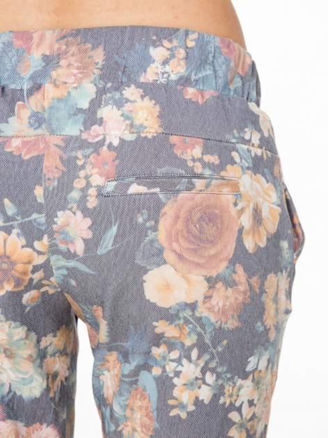 Kwiatowe spodnie dresowe ściągane w pasie                                  zdj.                                  8