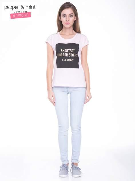 Liliowy t-shirt z zabawnym nadrukiem SHORTEST HORROR STORY 8 AM. MONDAY                                  zdj.                                  6
