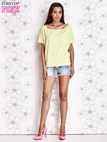 Limonkowy t-shirt z różowymi pomponikami przy dekolcie                                  zdj.                                  2