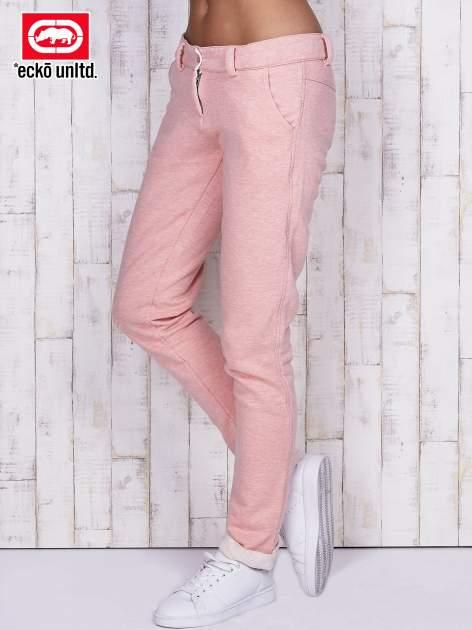Łososiowe spodnie dresowe z podwijanymi nogawkami
