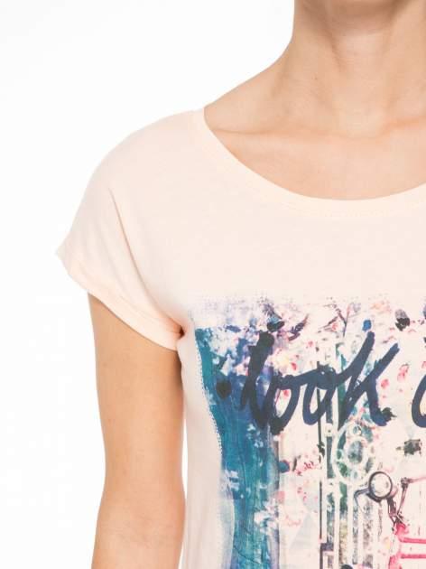 Łososiowy t-shirt z nadrukiem roweru                                  zdj.                                  5