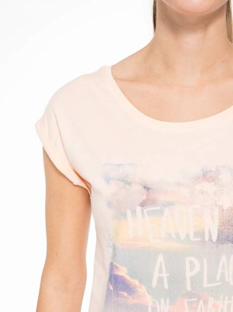 Łososiowy t-shirt z napisem HEAVEN IS A PLACE ON EARTH WITH YOU                                  zdj.                                  5