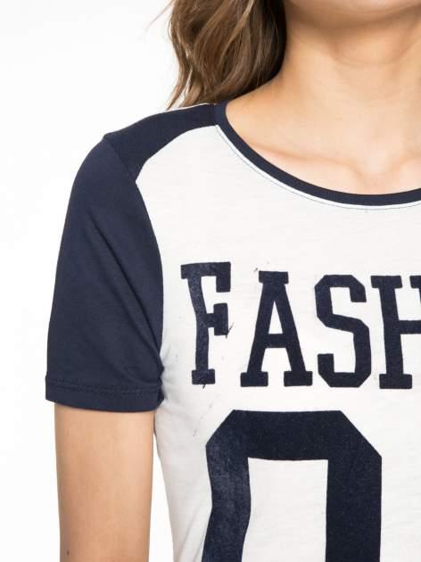 Melanżowo-granatowy t-shirt z nadrukiem FASHION 88                                  zdj.                                  5