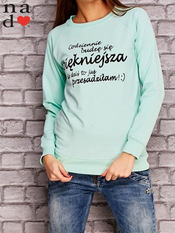 Miętowa bluza z napisem CODZIENNIE BUDZĘ SIĘ PIĘKNIEJSZA                                  zdj.                                  1