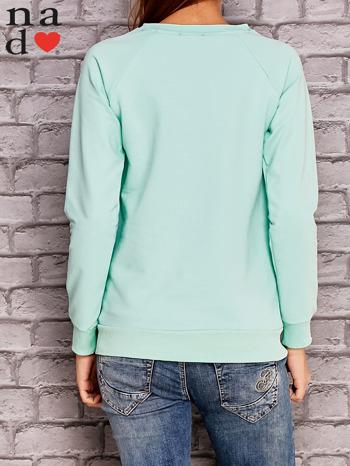 Miętowa bluza z napisem CODZIENNIE BUDZĘ SIĘ PIĘKNIEJSZA                                  zdj.                                  3